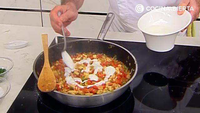 Samosas de pollo con salsa de yogur por Karlos Arguiñano: ¡las empanadillas típicas de la India! - paso 2
