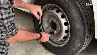 Cómo arreglar un pinchazo en la rueda del coche paso 1