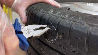 Cómo arreglar un pinchazo en la rueda del coche paso 5