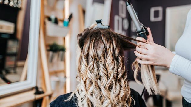 Cómo rizar el pelo corto y darle más volumen - Tenacillas
