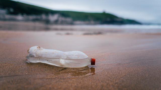 Contaminación plástica: ¿Cómo se descompone una botella de plástico en el mar?