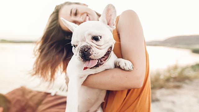 Mujer abrazando a su bulldog
