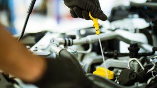 Comprobar el nivel de aceite del coche