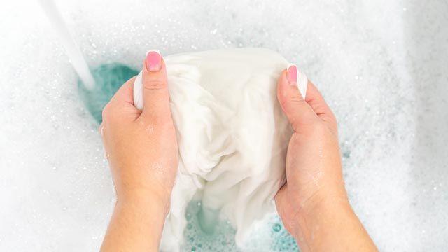 Cómo lavar y secar la ropa de satén o acabado satinado