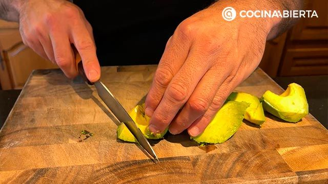 Ensalada de aguacate, tomate y bonito (con un aliño especial): ¡Joseba Arguiñano cocina desde casa! - paso 2