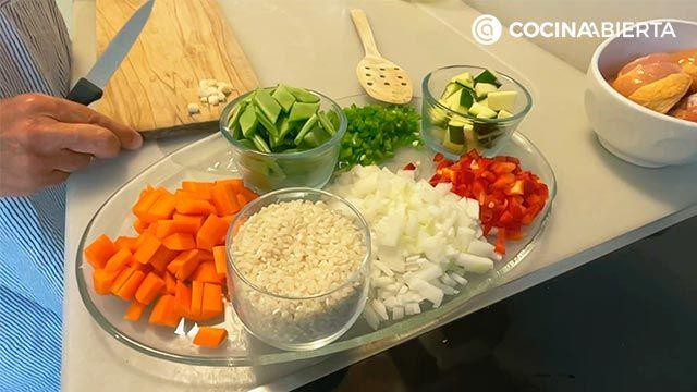 Arroz caldoso con pollo y verduras, una receta rápida y sabrosa: ¡Eva Arguiñano cocina desde su casa! - paso 1