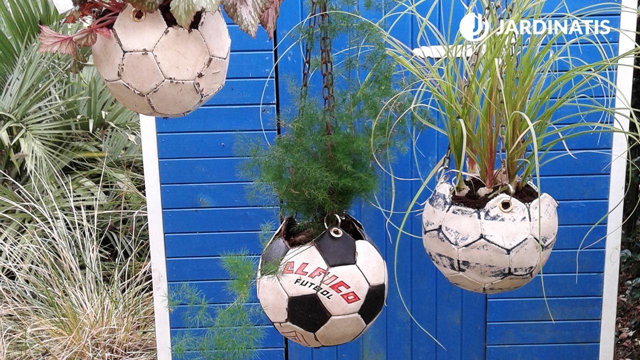 Balones de fútbol como macetero colgante
