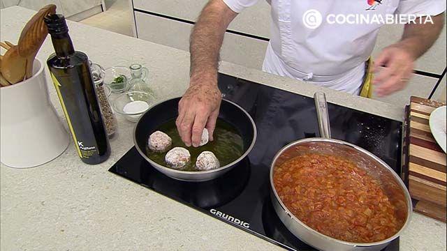 Albóndigas en salsa de tomate - Paso 5: Calienta el sofrito y añade las albóndigas