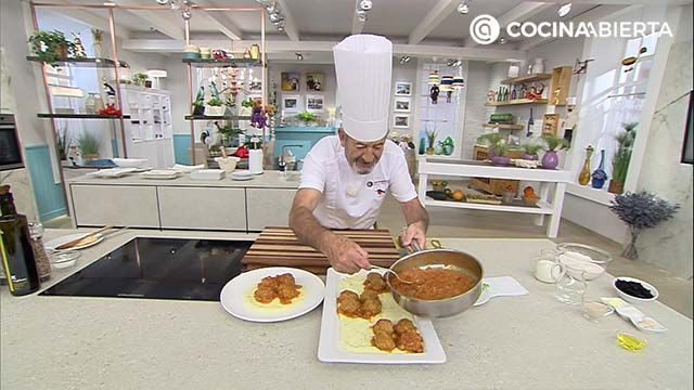 Albóndigas en salsa de tomate - Paso 6: Emplata cubriendo el plato con puré de patata