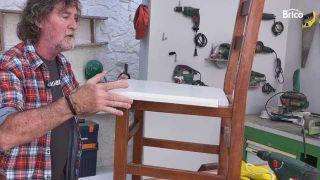 arreglo de sillas de madera