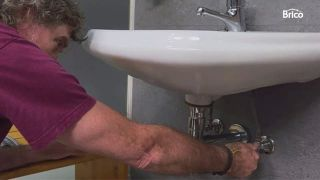 cómo cambiar un grifo de lavabo paso 2