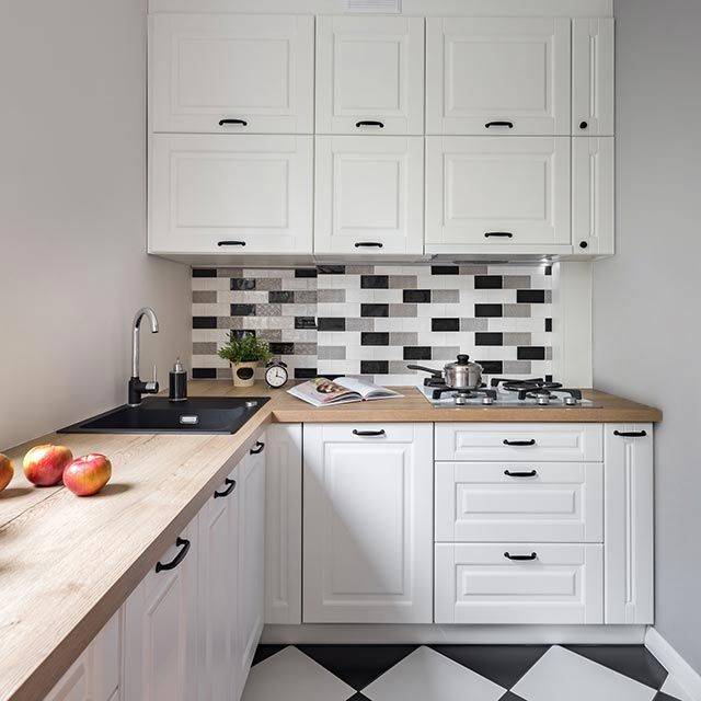 Cocina blanca pequeña con detalles en negro