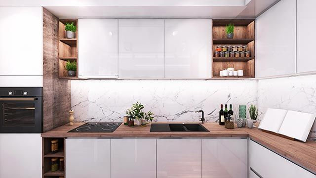 Complementos y adornos bonitos en una cocina blanca