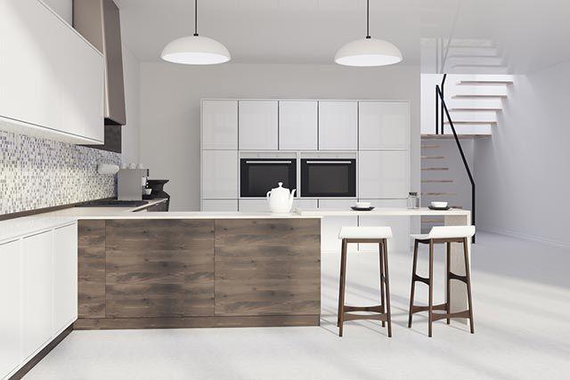 Cocina blanca con barra en madera