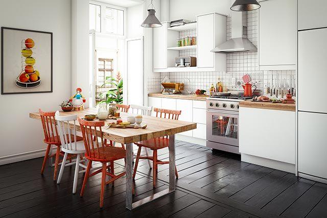 Sillas de colores en una cocina blanca