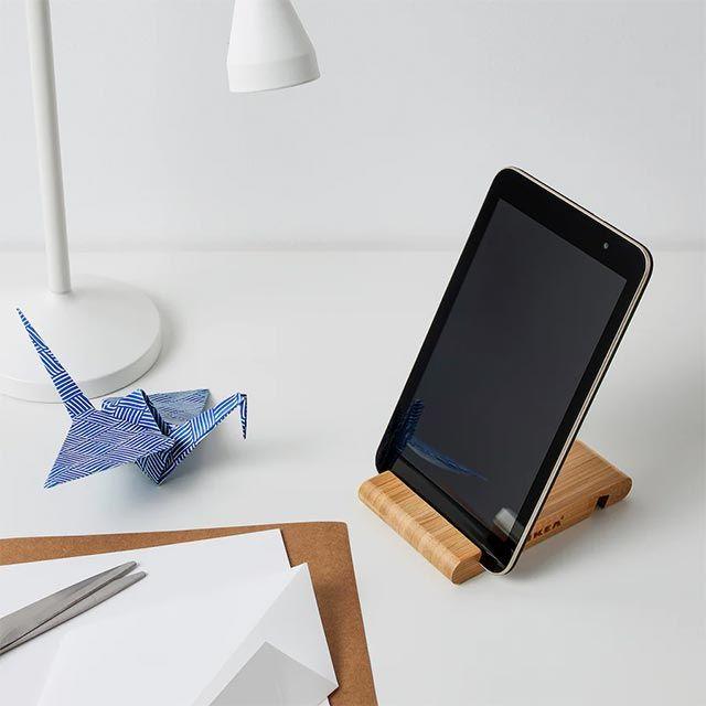 Soporte de bambú para móvil y tableta BERGENES de Ikea