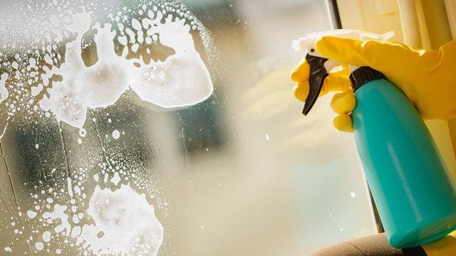 Cómo limpiar los cristales, espejos y ventanas de casa con vinagre