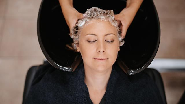 Cómo usar el aceite de árbol de té para la caspa en el cabello