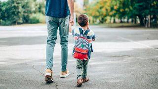 Consejos para el primer día de clase - El padre acompaña al niño al colegio
