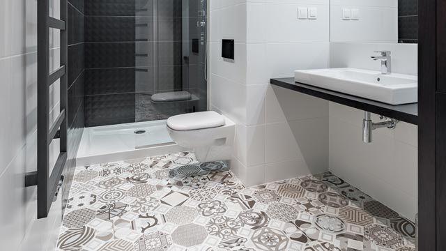 Baldosas hidráulicas en el suelo del baño