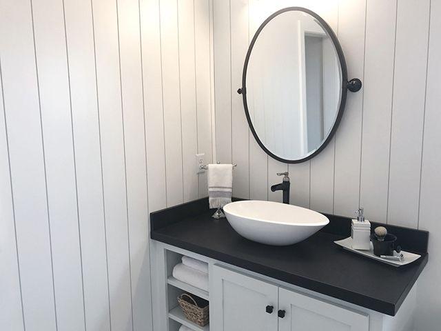 Baño moderno con espejo en negro