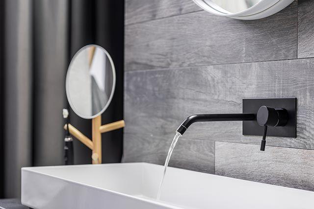 Grifería negra en baño moderno