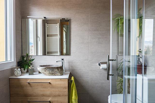 Cuarto de baño moderno decorado con materiales sencillos y naturales