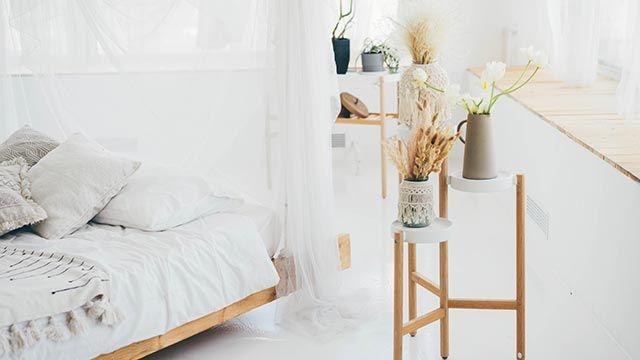 Dormitorio con flores preservadas y flores secas