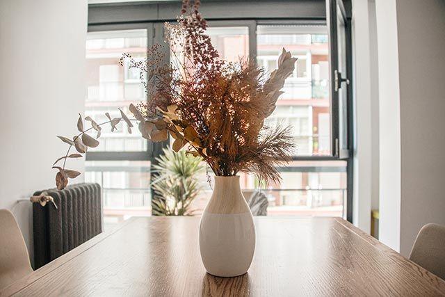 Flores preservadas en la mesa del comedor o salón