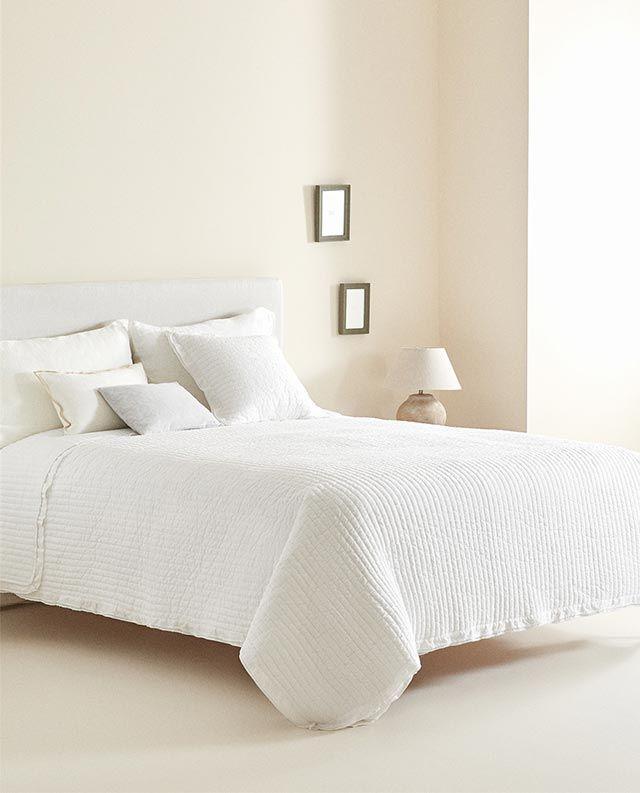 Edredón blanco de plumeti con volante de Zara Home