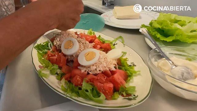 Ensalada de atún fácil y ligera: ¡Eva Arguiñano cocina desde casa! - paso 3