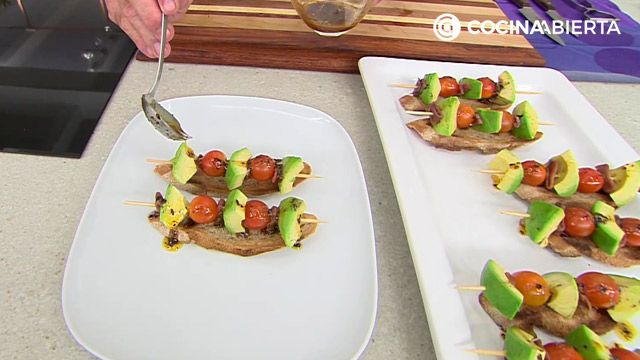 Pintxo (tostas) de aguacate, anchoas y tomate