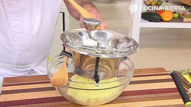 Huevo con crema de patata, hongos y aros de cebolla