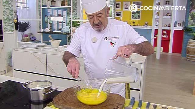 Añade la leche a las yemas para hacer las natillas