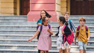 Niños interactúan a la salida del colegio