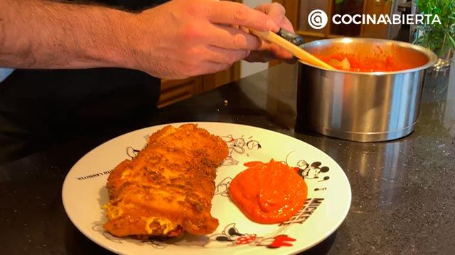 Pechuga de pollo rellena de jamón y queso con salsa de pimientos - Joseba Arguiñano cocina desde casa - paso 6