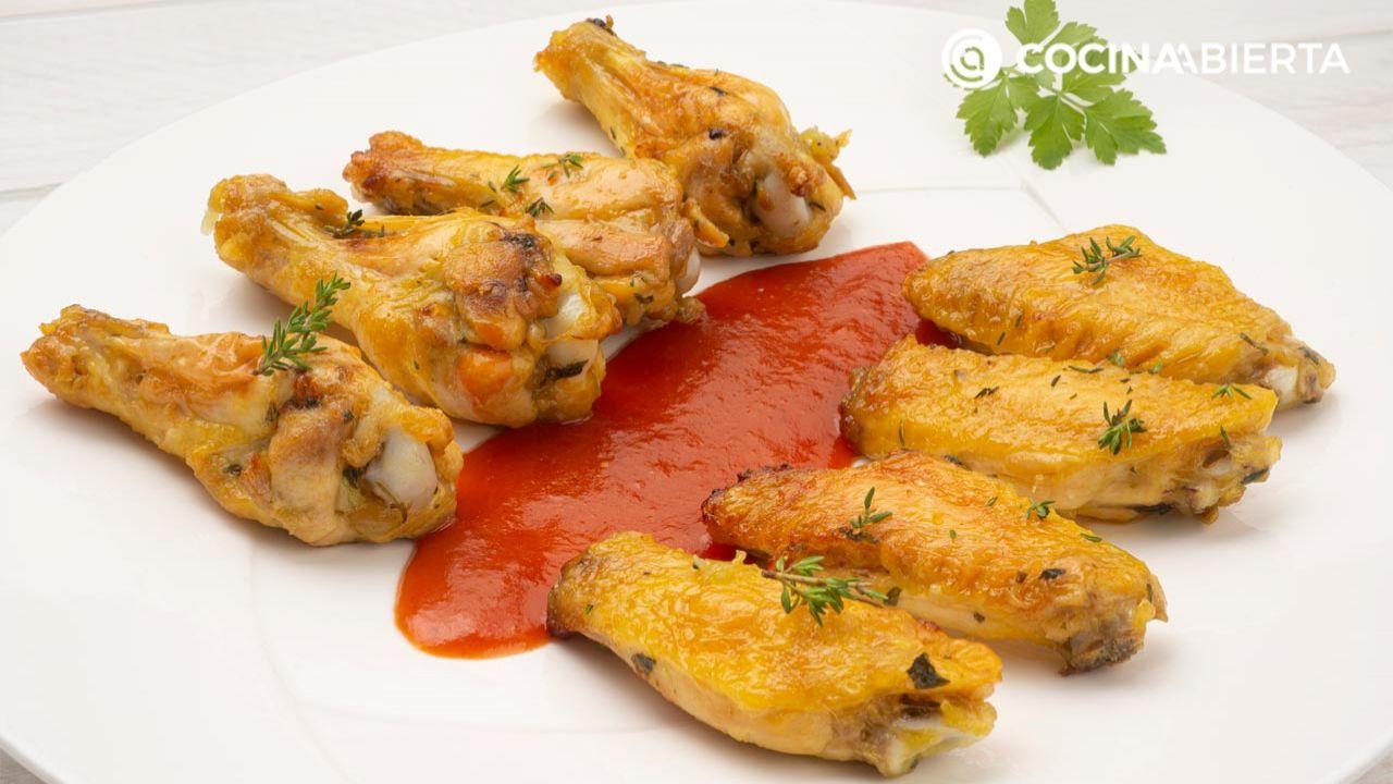 Alitas de pollo crujientes al horno (con albahaca y salsa picante)