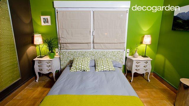 Dormitorio de matrimonio verde con muebles blancos