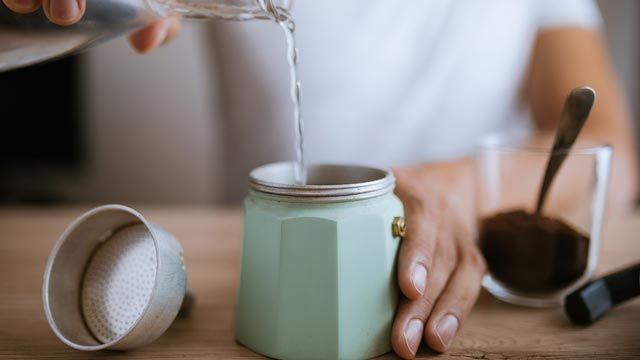 Cómo limpiar una cafetera italiana sin usar jabón