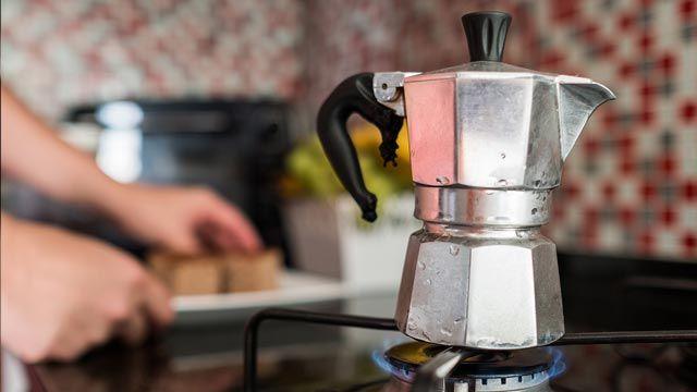 Trucos para limpiar una cafetera italiana quemada