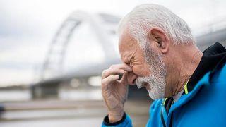 Hombre sufre dolor de cabeza y visión doble durante el ejercicio físico