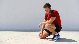 Un joven deportista sufre un mareo durante la actividad física.