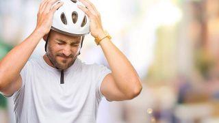 Ciclista sufre dolor de cabeza durante el entrenamiento.