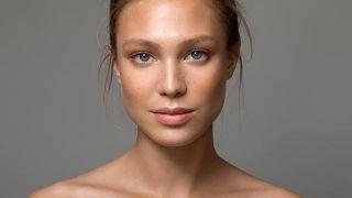 Primer plano del rostro de una mujer sin maquillaje.