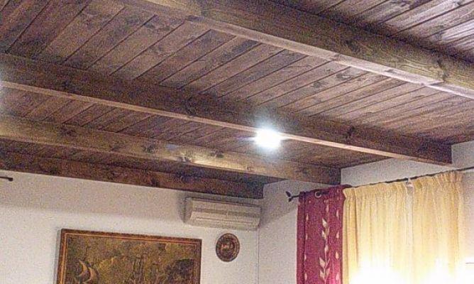 Techo de tarima y vigas de madera en la comunidad de - Vigas de imitacion madera para techos ...