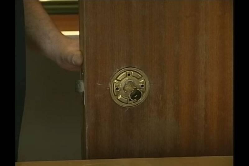 C mo cambiar el pomo viejo de una puerta en la comunidad - Cambiar pomo puerta ...